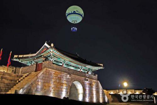 창룡문과 플라잉수원 헬륨기구
