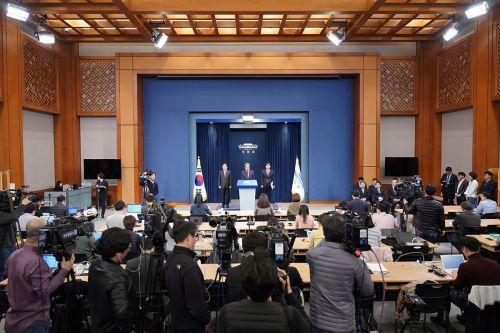 노영민 대통령 비서실장을 비롯한 청와대 3실장이 휴일인 10일 브리핑실에서 합동 기자간담회를 가졌다.(청와대)