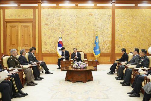 문재인 대통령은 15일 오후 청와대를 예방한 마크 에스퍼 미 국방장관 일행과 만나 현안을 논의했다.(청와대)