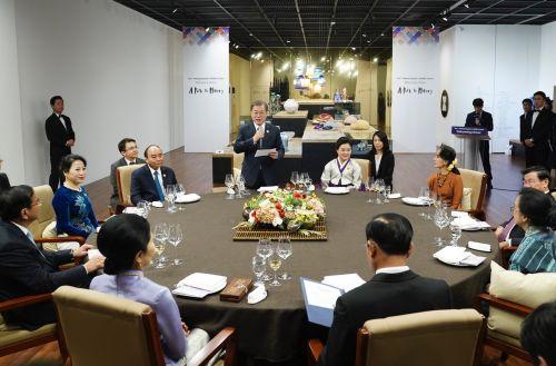 """문재인 대통령은 26일 제1차 한-메콩 정상회의에 앞서 가진 환영만찬에서 """"북한이 비핵화를 통해 세계 속으로 나온다면, 가장 잘 도와줄 나라는 메콩 국가들""""이라고 말했다. (청와대)"""