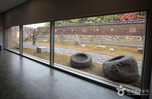 국립춘천박물관 현묘의정원은 양양의 낙산사 담장 아래 강원도 곳곳에서 발굴한 불교와 유교 문화재를 배치했다.