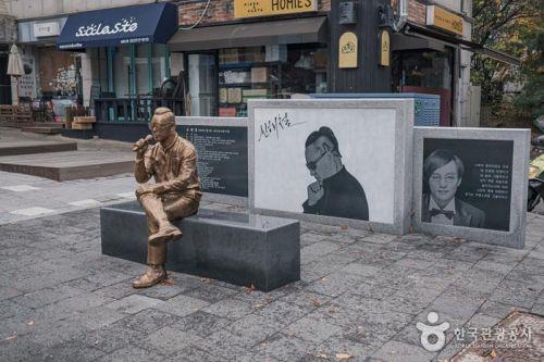 신해철거리에 있는 그의 동상과 사진