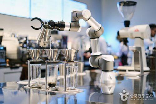 로봇 바리스타가 내리는 커피…서울 이색 카페 3