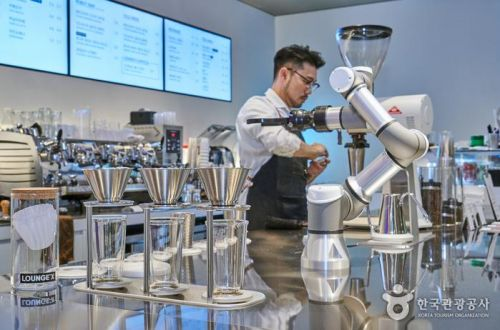 핸드 드립 커피를 추출하는 로봇 바리스타