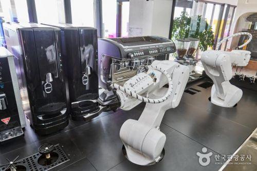 사람 바리스타의 행동을 습득해 커피를 만드는 로봇 바리스타 '빌리'
