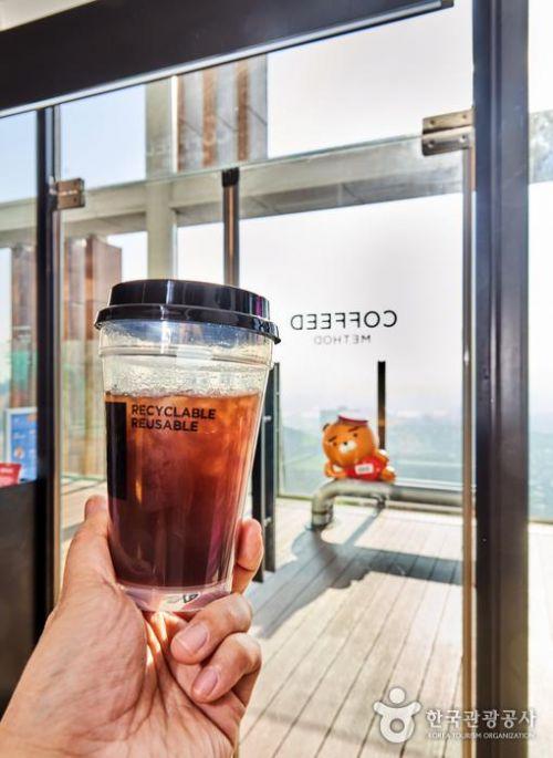 커피드 메소드 1인석에 앉으면 서울 도심 일대가 내려다보인다.
