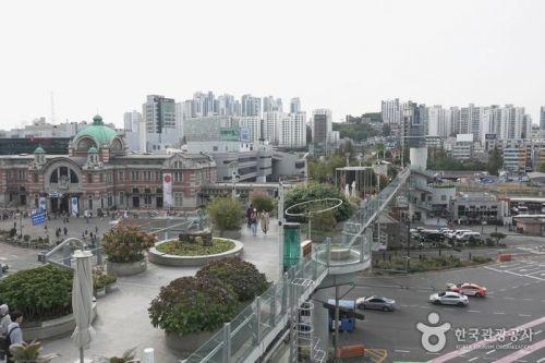정원과 쉼터, 카페 등이 있는 공중 산책로 '서울로7017'