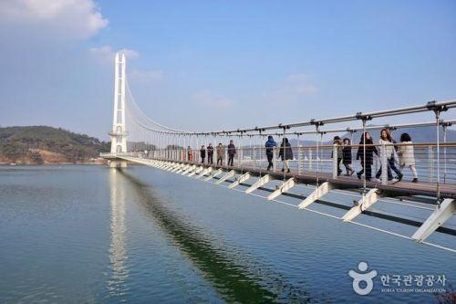 국내 최장 길이(402m)를 자랑하는 예당호 출렁다리