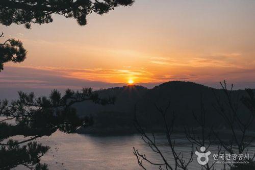 화손대에서 즐기는 일몰은 다대팔경에 꼽힐만큼 아름답기로 유명하다.