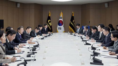 문재인 대통령은 13일 서울 중구 대한상공회의소에서 6대 그룹 총수 및 경영자와