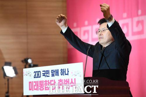 황교안 미래통합당 대표가 17일 오후 서울 여의도 국회 의원회관에서 열린 미래통합당 공식 출범식에 참석해 인사말을 하며 두 손을 들고 있다.(사진=더팩트)
