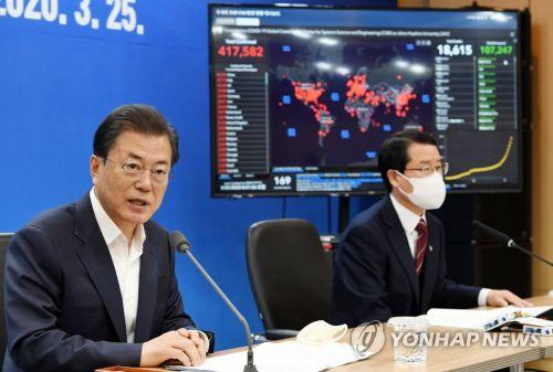 문재인 대통령이 3월 25일 송파구 씨젠에서 코로나19 진단시약 긴급사용 승인 기업들과 간담회를 하고 있다.