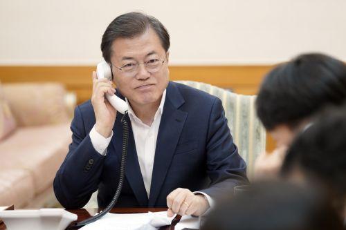 """문재인 대통령은 26일 G20 특별 화상 정상회의에 참석, 순차 발언을 통해 """"한국은 앞으로도 코로나19 대응에 대한 성공적인 대응모델을 국제사회와도 공유해 나가겠다""""고 밝혔다. 수보회의 때의 문대통령(청와대)"""