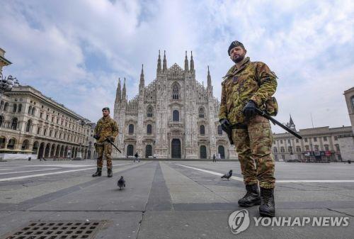이탈리아 밀라노의 관광명소인 두오모 광장에서 순찰하는 군인들 모습.