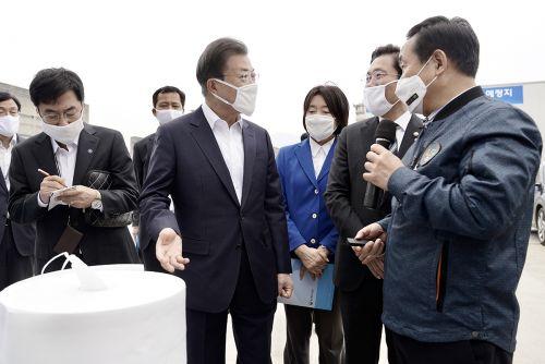 문재인 대통령은 1일 코로나19 위기 대응의 모범사례로 평가받는 경북 구미산단을 방문해 코오롱인더스트리 등 업체 방문과 지역 기업인들과의 간담회를 가지며 의견을 청취했다. (청와대)