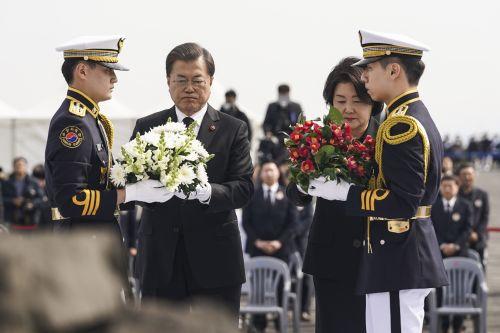 [포토] 제주 4·3희생자 추념식서 헌화하는 문 대통령