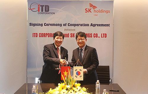 SK(주) C&C 도지헌 Global사업본부장(우)과 ITD 람 티우 꿘 사장의 기념사진 모습