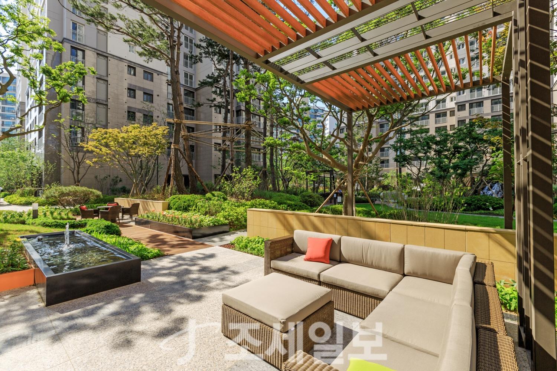 삼성래미안, 소파와 테이블이 있는 현관앞 정원 제공 :: 1등 조세 ...